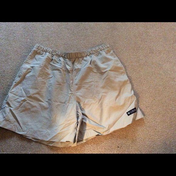 COLUMBIA WOMENS KHAKI HIKING SHORTS SZ M Very good condition.  Lightweight  hiking shorts. Size medium. Side pockets. Elastic waist.  Comes from smoke free home. Columbia Shorts