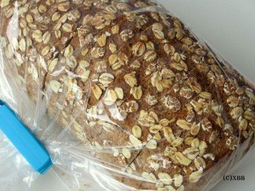 Dit recept is voor 2x een heerlijk volkoren tarwebrood met kamut. De topping bevat 3 granenvlokken. Extra smaakdiepte door het gebruik van kamutmeel.