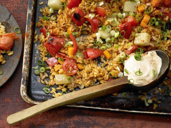 Gemüse-Reis-Pfanne aus dem Ofen mit Kohlrabi, Paprika und Möhren: Durch das Gemüse liefert dieses Ofengericht 1/3 des Tagesbedarfs an Ballaststoffen.