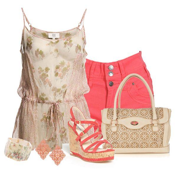 С чем носить коралловые босоножки: бежевая туника, розовые шорты, бежевая сумка и украшения в тон