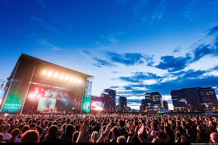 Barcelone… fief musical européen ! Tous les ingrédients sont réunis pour faire de cette ville la plus grande organisatrice d'évènements musicaux : une ville au soleil, sur la côte méditerranéenne, ouverte d'esprit, avec une culture de fête et de musique. Pas étonnant qu'on y retrouve une multitude de festivals pour tous les goûts. Principalement connue pour la musique électronique, la capitale catalane accueille aussi des festivals de jazz, classique, pop mais aussi de flamenco !