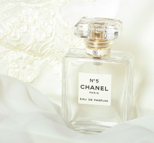 1000 images about chanel no 5 a classic on pinterest chanel no 5 chanel and chanel perfume. Black Bedroom Furniture Sets. Home Design Ideas