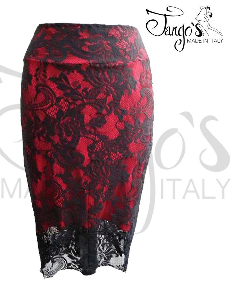 Gonna realizzata in maglina elasticizzata rossa e pizzo nero. Lunghezza al ginocchio e increspatura sul dietro, con elegante punta più lunga sul finale.