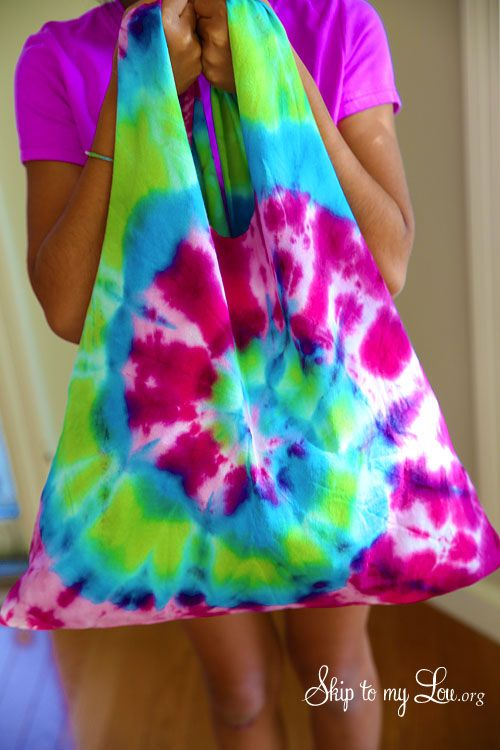 Turn a tie dyed tee-shirt into a bag?!  Yes, please! This would be perfect for a kids sleep over this summer.