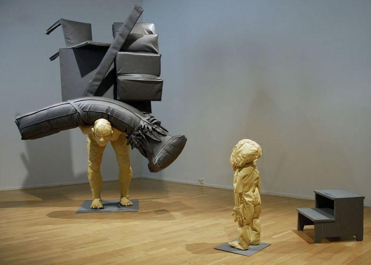 RYHÄNEN HELI: History Repeating tekonahka/teräs/täytteet, korkeus 240 cm, 2009