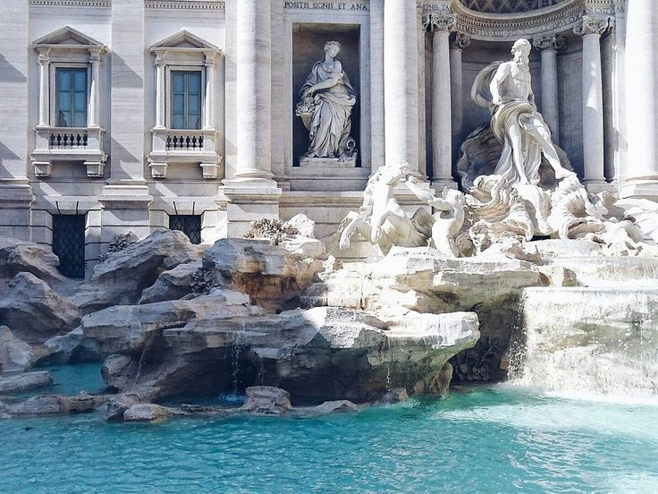 Herausforderung des Tages: Wie fotografiere ich den #trevibrunnen ohne dass die Mengen an Touristen mit darauf sind  Aber wunderschön das Bauwerk  . . The Trevi Fontaine in Rome... I tried to imagine to be here alone... It works for nearly 3 seconds  . . . #juliamammiladeinrom #rom #rome #roma #travel #travelgram #traveldiaries #traveling #history #city #citytrip #architektur #architecture #stunning #fontaine #trevi #trevifontein #littlestoriesofmylife #alittlebeautyevery #thatsdarling…