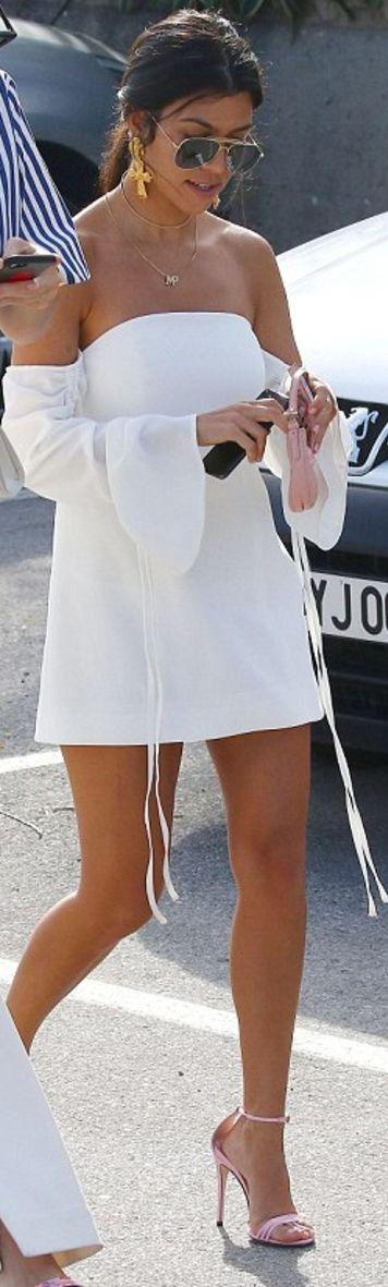 Who made  Kourtney Kardashian's aviator sunglasses, gold jewelry, pink patent sandals, and handbag?