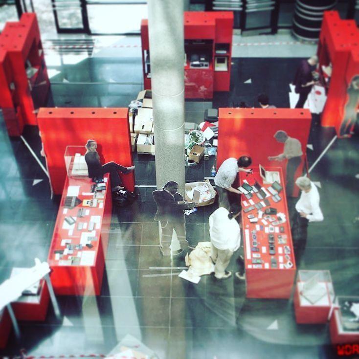 """Amazing one by wdassos #spaceinvader #unas (o) http://ift.tt/2hyP2lM Montage de l'#exposition """"L'Homme numérique nomade"""" organisée par l'association #WDA dans l'espace Landowski en partenariat avec le Pôle Multimédia de la mairie de Boulogne-Billancourt du 19 juin au 13 juillet 2007.  Idee scenographie : La disposition des vitrines dessinait un  vu du haut !  Découvrez l'album Google  : http://ift.tt/1R0x7Og  #exhibition #exhibit #installation #settingup #patrimoinenumerique #digital…"""