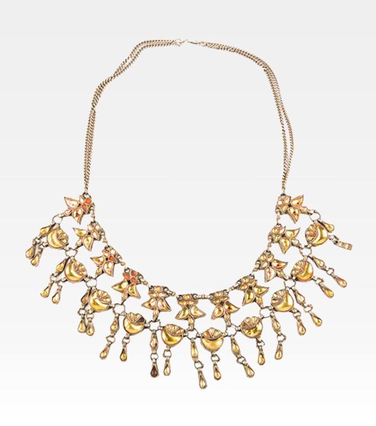 (7000-0033) Questa bellissima collana indiana richiama alla mente lo splendore delle corti imperiali e la bellezza delle principesse orientali. Un pezzo antico ma di intramontabile bellezza formato da tante piccole gocce argentate con incastonato il vetro smaltato di giallo.