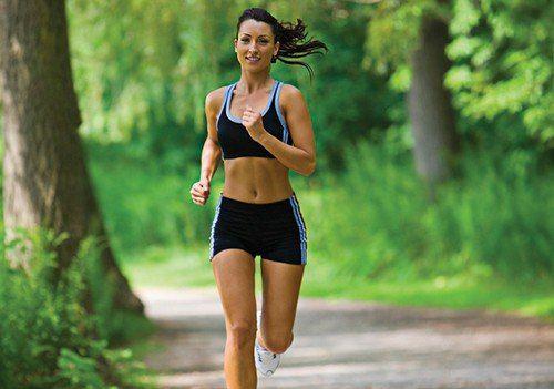 ПРАВИЛЬНАЯ УТРЕННЯЯ ПРОБЕЖКА    Сначала выполните небольшой комплекс упражнений:  Пройдитесь интенсивным шагом около одной минуты, потом попрыгайте на месте. Затем было бы полезно сделать растяжку ног и 10-20 раз присесть. Непосредственно бег начните с лёгкого темпа и постепенно в 2-3 минуты ускорьтесь до оптимального.    Техника бега: Тяжесть тела должна равномерно распределяться на всю стопу. Ноги чуть согнуты в коленях. Приземление идёт перекатом с пятки на носок, с опорой на внешнюю…