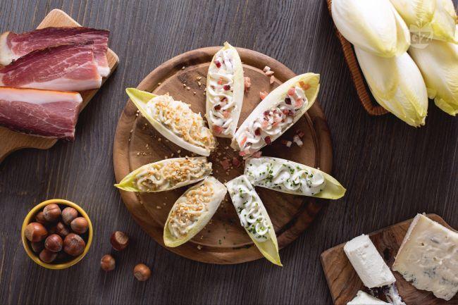 Le barchette di indivia ai formaggi sono finger food, ideali come antipasto: foglie di indivia belga riempite con formaggi freschi aromatizzati!