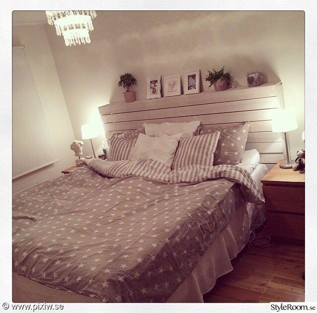 säng,sängkappa,krona,kristallkrona,sänggavel,jotex,stjärnor,sängbord,kuddhav,grönaväxter,växter,tavelramar,sänglampor,sovrum
