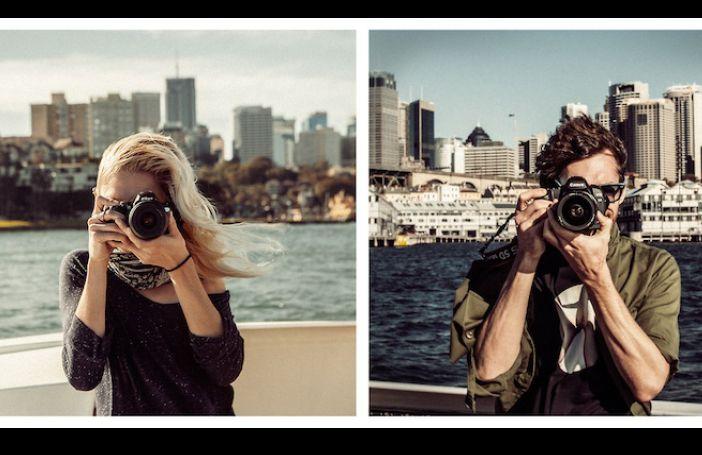 Reizend koppel fotografeert elkaar op grappige wijze