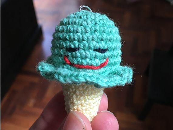 Portachiavi a forma di gelato realizzato a mano con la tecnica amigurumi, simpatica idea regalo o bomboniera per compleanni e nascite :D