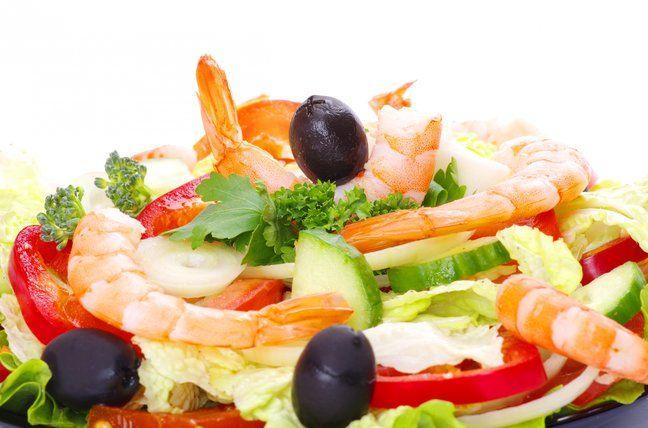 Новый год 2016: рецепт легкого салата с креветками и цитрусовыми
