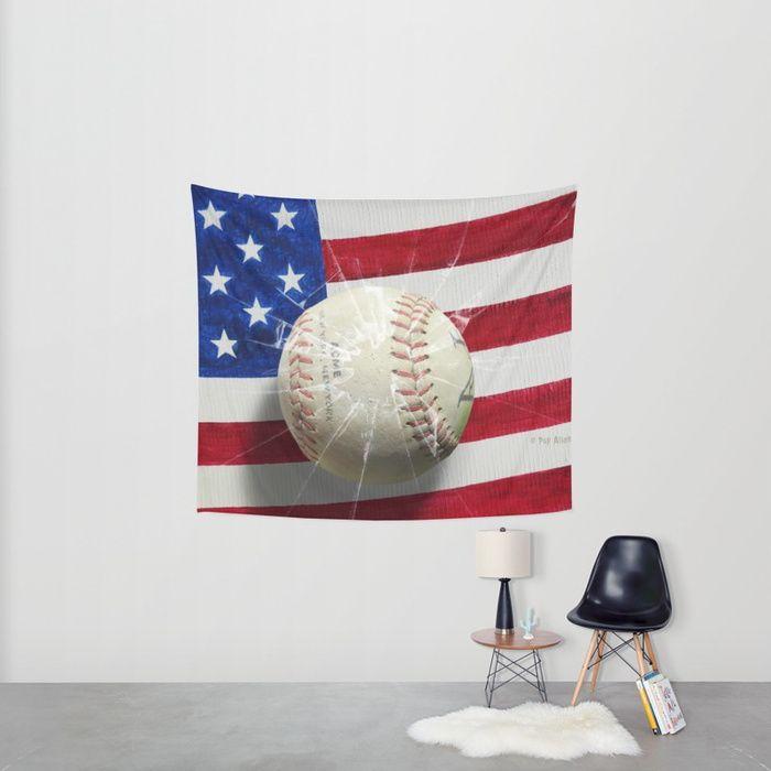 Placed over a painting of the flag of USA, a baseball of the team of New York broke the glass, all is in a vintage look and style.<br/> <br/> Placée sur une peinture du drapeau des Etats-Unis, une balle de baseball de l'équipe de New York a cassé le verre...