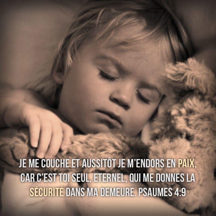 La Bible - Versets illustrés - Psaume 4:9 - Je me couche aussitôt, je m'endors en paix, car c'est toi seul Eternel qui me donnes la sécurité dans ma demeure.
