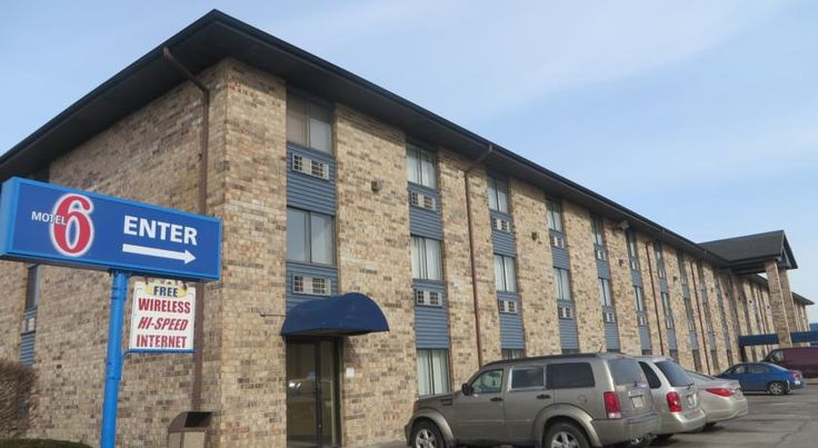Motel 6 Bridgeview Bridgeview Motel 6 Bridgeview is located 20 minutes' drive from Chicago Midway International Airport and 35 km from downtown Chicago. This pet-friendly Illinois motel offers free WiFi access.  Each room at Bridgeview Motel 6 is equipped with cable TV.