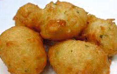 Receta para niños -  Buñuelos de bacalao Ingredientes:  200 gramos de bacalao fresco  · 1 huevo y una yema.  · 1 diente de ajo  · 1 cebolla pequeña   · Perejil  · Sal  · 130 gramos de harina  · 1/2 vaso de agua  · Aceite de oliva