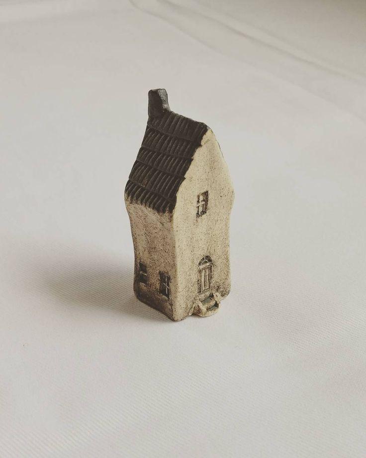 : 家 :  年前に阿蘇へ旅行した時に道の駅で買ったもの  高さ4cmほど  #家の置物 #小さな家 #道の駅 #阿蘇 #九州旅行 #houseobject  #ceramicsobject  #tinyhouse  #smallobject  #cute  #likeit by eturansitu.5921