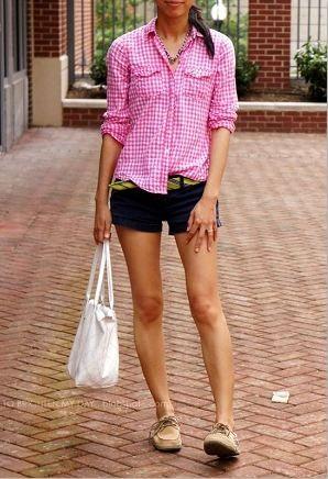 ピンクギンガムチェックシャツとショートパンツ