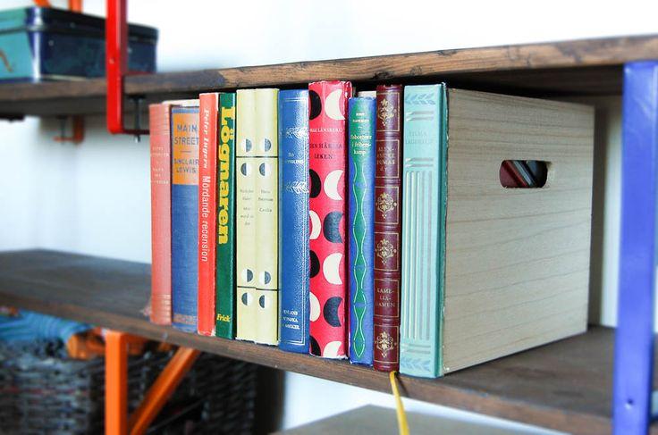 Böcker är snyggt i bokhyllan, men ibland kan man behöva förvara andra saker i sin hylla. Gör en förvaringsback dekorerad med bokryggar slipper du välja!