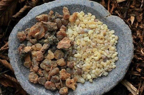 古代エジプトでは傷薬や化粧品として使われていたミルラ。毛穴を引き締めてキメを整える作用があり、クレオパトラに愛された香りとしても有名です。精神の浄化作用があり、精神を落ち着かせ体を内側から美しくするボディクリームのレシピです。