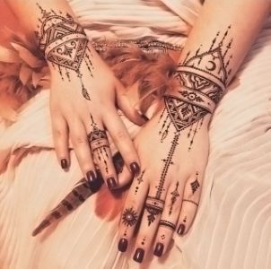 A flimsy and original henna design with moroccan influences