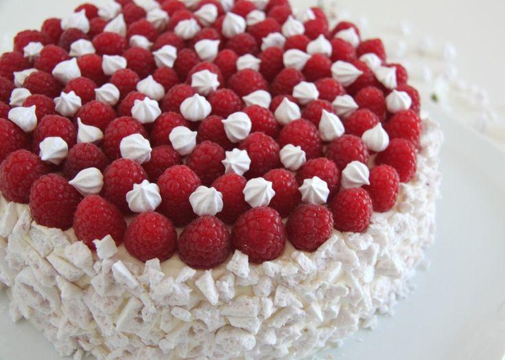 Skøn, smagfuld kage til mor: Lagkage med hvid chokolade, hyldeblomst og hindbær