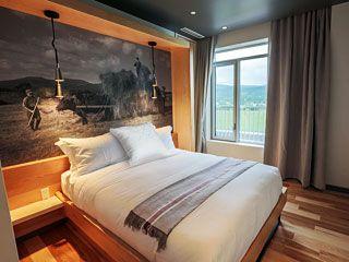 Hôtel La Ferme à Baie-St-Paul, meuble intégré avec immense photo d'archives