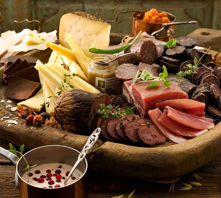 Spekemat, ost, marinerte multer og tyttebærrømme | Appetitt