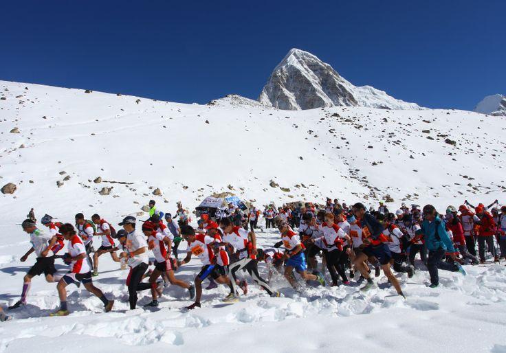 Para peserta mengikuti lomba lari marathon Tenzing-Hillary Everest Marathon, di kaki Gunung Everest di Nepal.