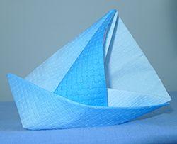 Pliage de serviette de table en forme de bateau de voilier, réaliser un voilier avec une serviette en papier,l'art du pliage de serviettes de table, decoration de table, recettes de cuisine et traditions en Europe. Information et Tourisme Européen.