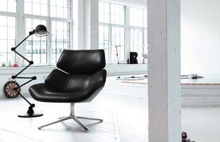 W800 D870 H870 SH410mm シェル:オーク材・ウォールナット材/ナチュラルまたはダークステイン塗装仕上げ、または布・皮革の張りぐるみ、シートクッション:積層したポリウレタンフォームと不織布の組み合わせ、ベース:アルミニウム製、ポリッシュ仕上げ(オプションで塗装仕上げ) ¥453,600〜¥578,550(税込み)販売:AIDEC
