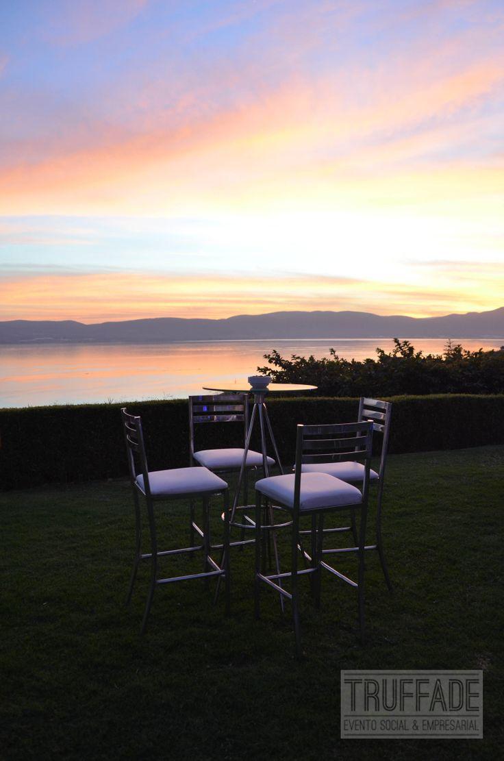 Mesa periquera para la recepción de invitados