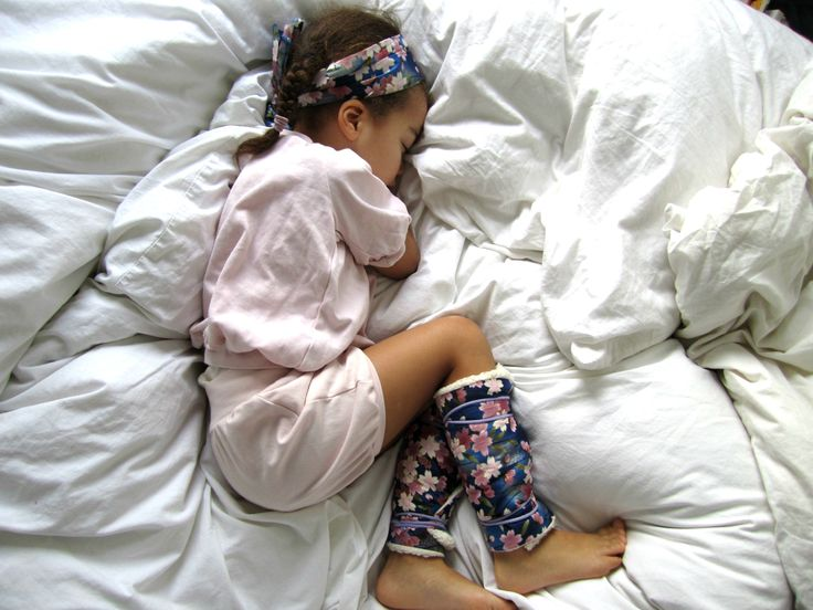 Wachstumsschmerzen sind böse und gemein. Ich erinnere mich noch gut an die immer länger werdenden Nächte, in denen ich mich mit schmerzenden Beinen hin und her wälzte in meinem Bett, irgendwann weinened zu meinen Eltern ins Bett kroch und es immer erst besser wurde,wenn meine Mama meine