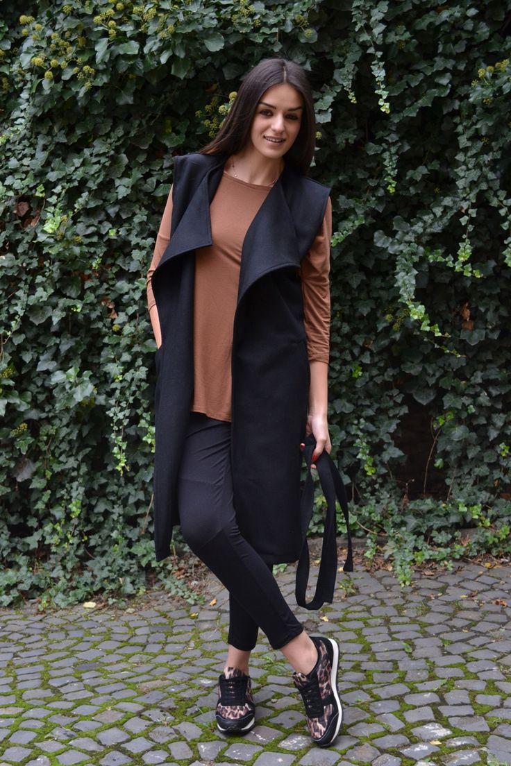 Vestă neagră din lână.  Vesta neagră din lână îți aduce marele avantaj de a avea o haină ce poate fi purtată în orice sezon, ste din lână de cea mai bună calitate ce îți asigura o achizitie ce se va reține pe mult timp în garderoba ta :).