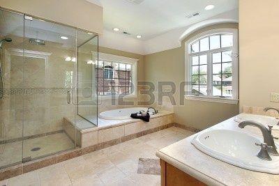 Es el cuarto de baño principal, donde hay un inodoro,un bidé,una ducha,una bañera y un lavabo.Es un cuarto con mucha luz. Las paredes y el suelo son blancos