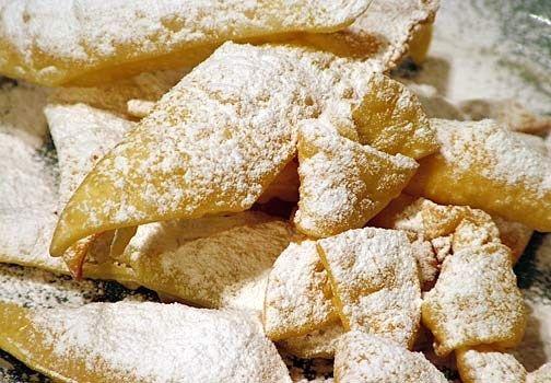 Chiacchiere al forno. Le tradizionali chiacchiere fritte di Carnevale si fanno più leggere e dietetiche grazie ad una più salutare cottura in forno.