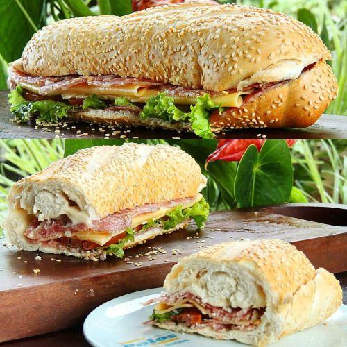 Sanduíche de pão baguette com salaminho, queijo prato, maionese light, alface e tomate #lanchepolos #goiania  (em Polos Pães e Doces)