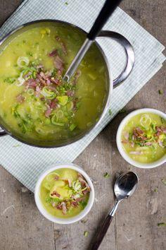 Preisoep 02 2 preien 600 gram aardappelen 1 ui 2 teentjes knoflook peper halve theelepel kerrie 1 liter kippenbouillon olijfolie