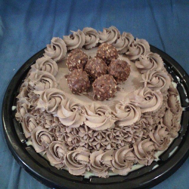 Pastel de 3 leches cubierta de chantilly de chocolate, relleno de manjar de nuez, decorado con ferrero