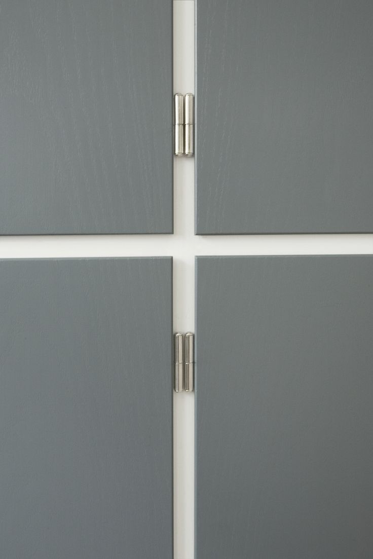 All fixed parts of the kitchen is white with front-face frames set in a discreet ash grey