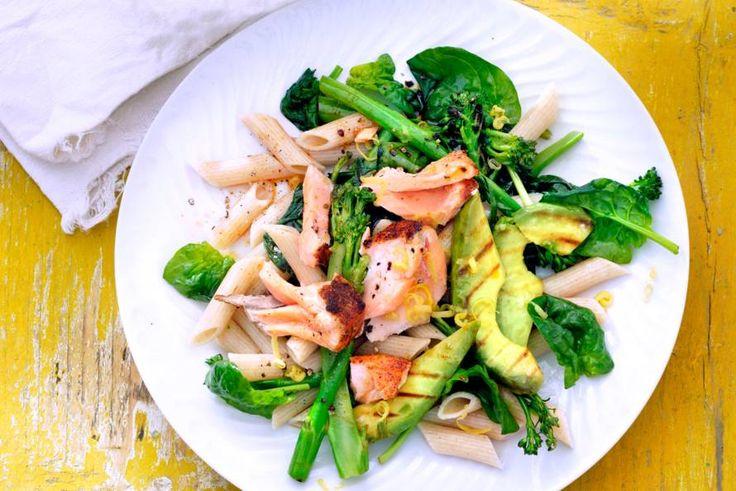 Dit frisse pastagerecht kun je iedereen voorzetten: het zit bomvol gezonde vetten én de pasta is van spelt - Recept - Allerhande