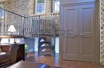 smeedijzer%3A+Een+loft+conversie+met+architectonische+details+zoals+stenen+muren%2C+glas-in-lood+ramen%2C+open+lucht+kanalen+en+een+wentel+trap+