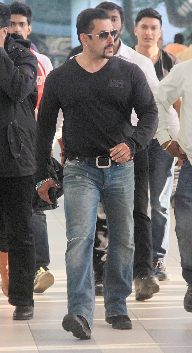 Salman Khan snapped exiting the Mumbai airport. #Bollywood #Fashion #Style #Handsome