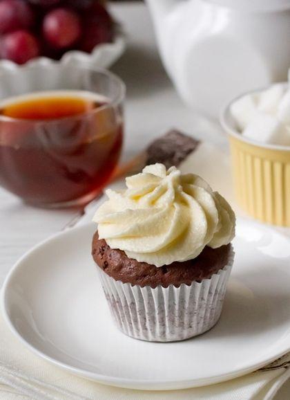 Шоколадные капкейки со сливочным кремом  100 г сливочного масла  60 г темного шоколада  70 г какао-порошка  120 г муки  1/3 ч.л. соды  3/4 ч.л. разрыхлителя  2 яйца  120 г сахара  1/4 ч.л. соли  100 г сметаны, кефира или натурального йогурта  Для крема:    120 г сливочного масла комнатной температуры  240 г сливочного сыра  200 г сахарной пудры  щепотка соли  1/2 ч.л. ванильного экстракта