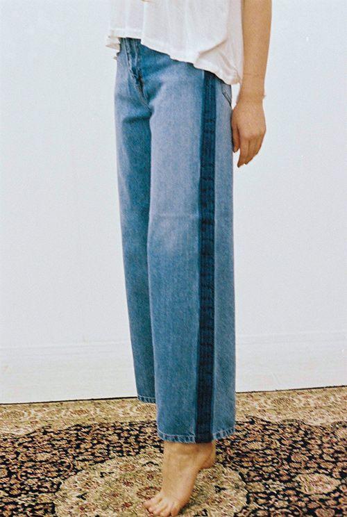 Jean indigo délavé à bandes latérales contrastées