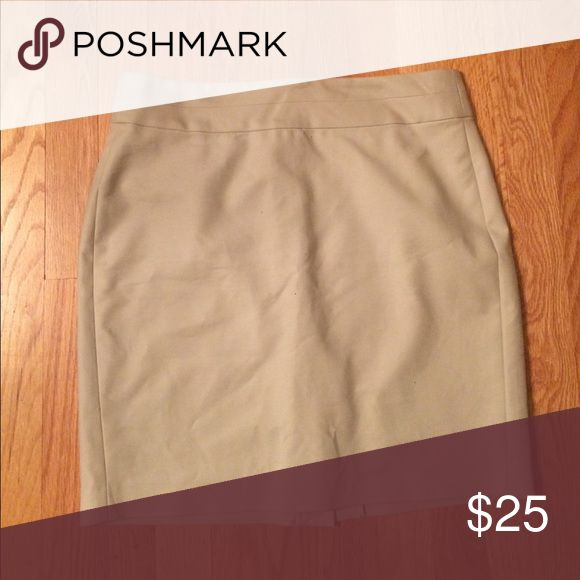 Banana Republic 6 petite office khaki mini skirt Size 6 petite khaki mini skirt. Made for the office! 97% cotton 3% spandex. Comfy and chic! Banana Republic Skirts Mini