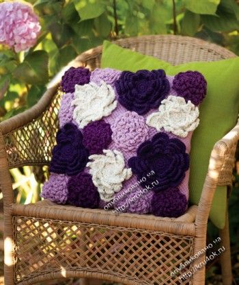 Purple and white flower pillow with diagrams, click to enlarge diagram. Use web translator to translate instructions.